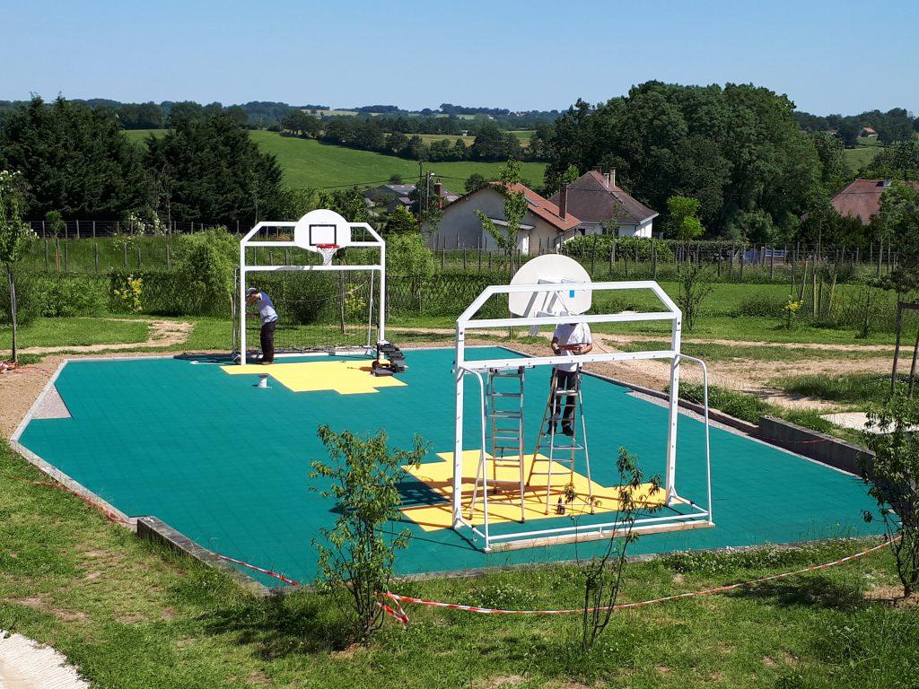 Renovation-un-terrain-de-sport-dans-le-Val-de-Vienne-Etape-4-La-pose-des-dalles-sportives
